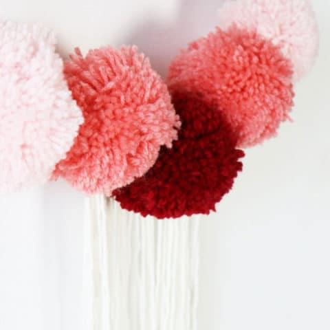 Muurhanger met gekleurde pompons