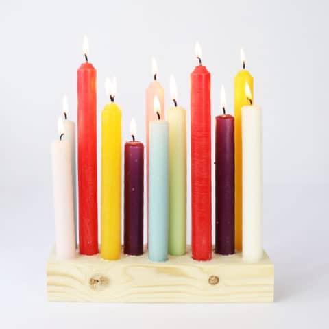 Een kaarsenhouder van hout voor 14 kaarsen