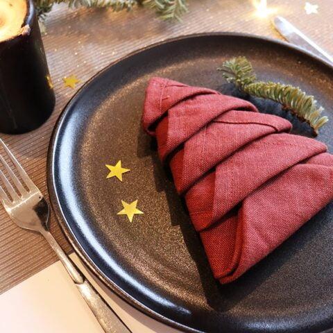 Een kerstboom vouwen van een servet